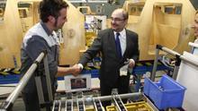 El presidente de Aragón en una visita a General Motors.