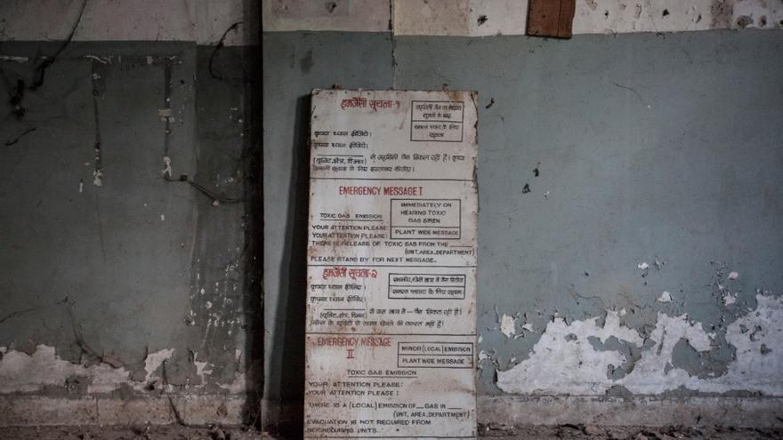 En la sala de control un cartel explica que hacer en caso de emergencia. La noche fatídica sonaron las alarmas, pero los vecinos de los slums que rodeaban la fábrica no les dieron importancia, acostumbrados a oírlas. // FOTO:  Bernat Parera