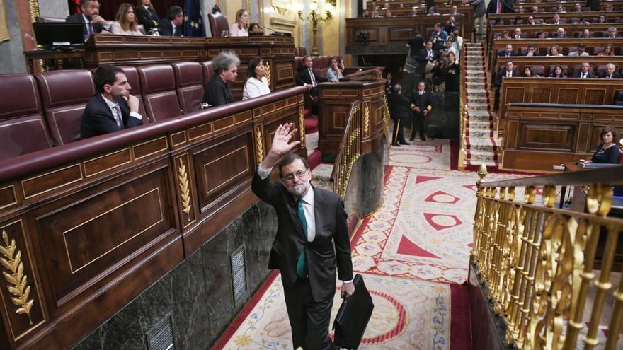 El presidente del Gobierno, Mariano Rajoy, saliendo del Congreso tras la primera parte del debate de la moción de censura.