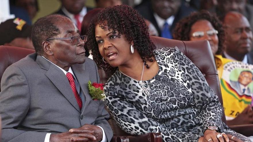 Fotografía del 24 de septiembre de 2016 que muestra a la primera dama de Zimbabue, Grace Mugabe, hablando con su marido, el presidente Robert Mugabe