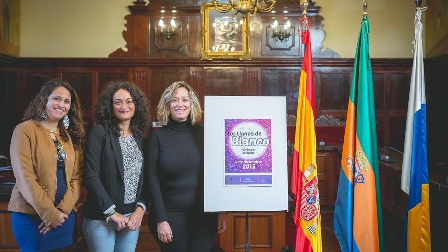 Presentación del cartel promocional que anuncia el 'Día Blanco'. De izquierda a derecha, la gerente de la ZCA, la concejal de comercio del Ayuntamiento de Los Llanos de Aridane y la presidenta de la ZCA Los Llanos.