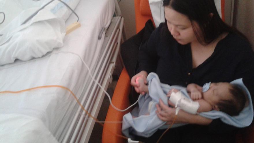 Louela Aparece junto a su bebé, cuando lo operaron debido a una hernia.