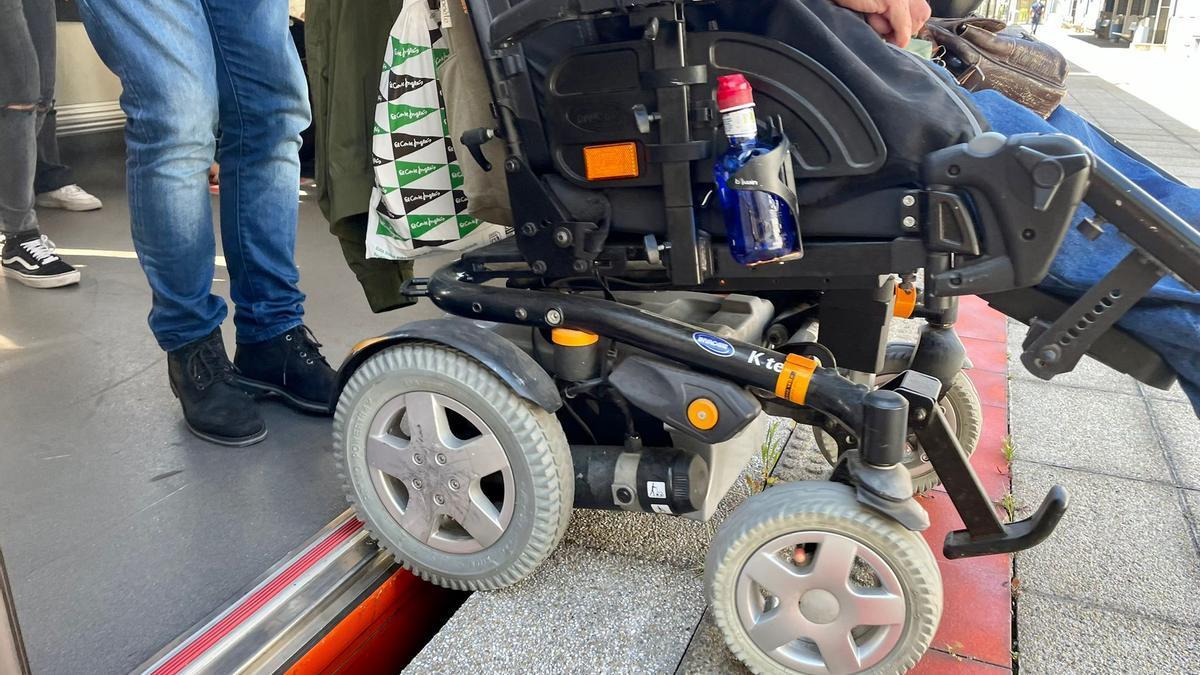 Josean bajando de estación en silla de ruedas
