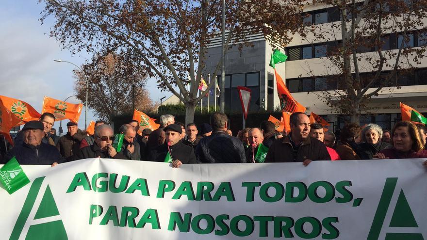 Manifestación ante la sede de la CHG
