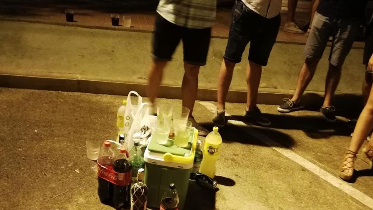 Los agentes de seguridad en Canarias han disuelto este mes decenas de fiestas ilegales y botellones de jóvenes en la isla