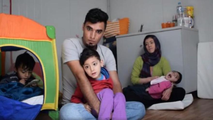 Karam y Karina en brazos de sus padres