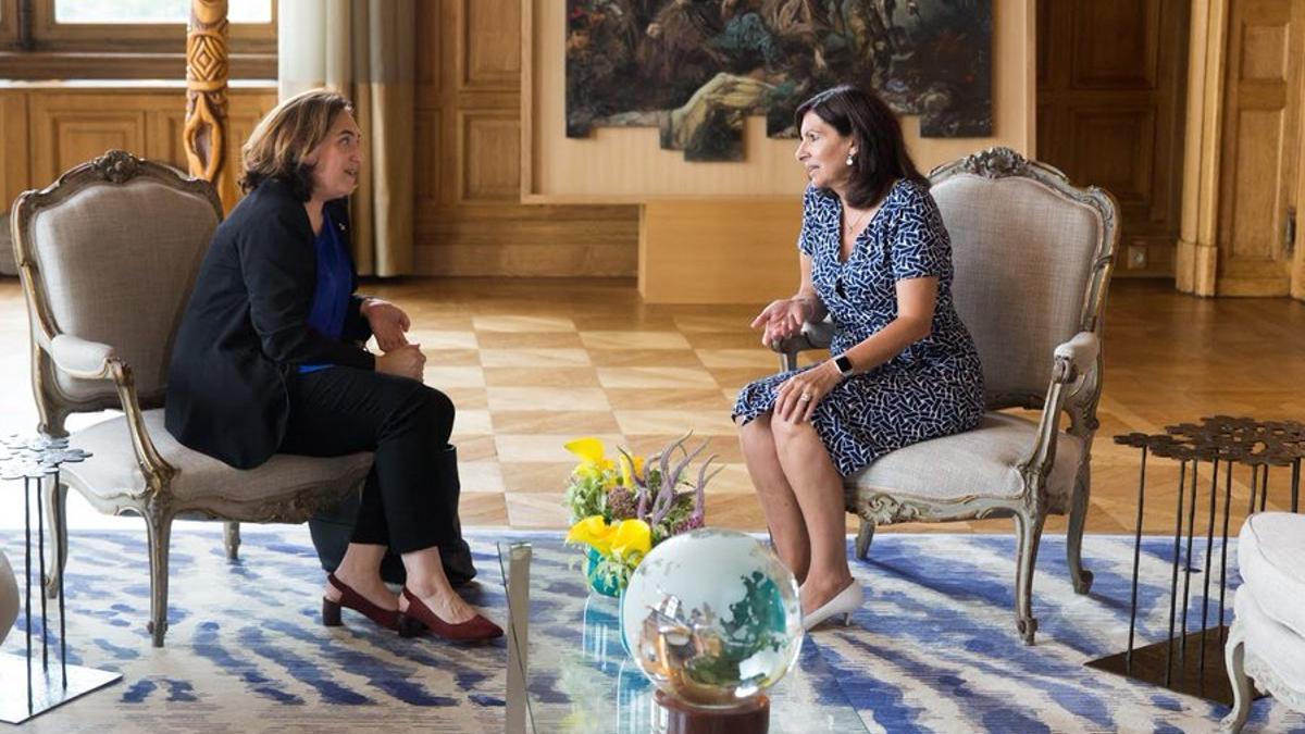 Las alcaldesas de Barcelona, Ada Colau, y de París, Anne Hidalgo, en un encuentro de 2018 | TWITTER ANNE HIDALGO