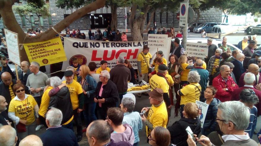 Pensionistas protestan enfrente de la sede provincial de la Seguridad Social, en Santa Cruz