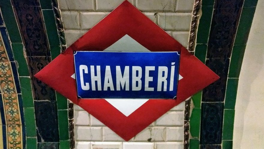 Cartel del Metro indicando el nombre de la estación   SOMOS CHAMBERÍ