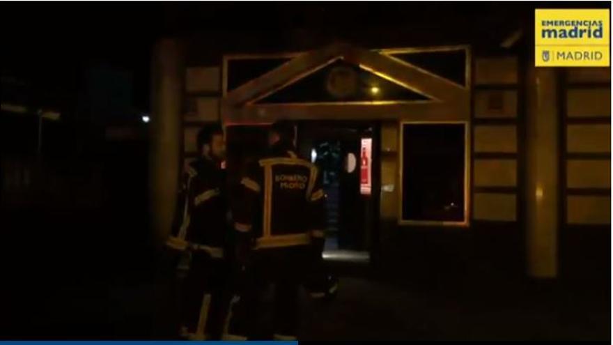Bomberos a la salida de la discoteca donde esta madrugada se ha desplomado un falso techo.