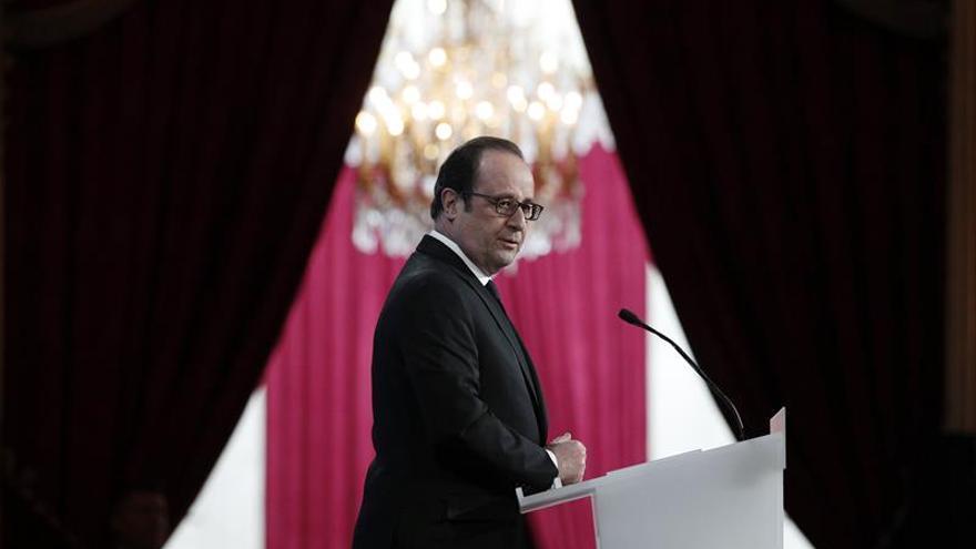 """Hollande agradece la """"valentía"""" de los policías y militares en los tiroteos"""