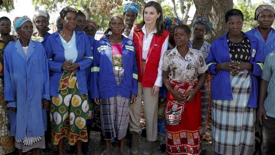 La reina Letizia, en la zona cero del ciclón, agradece su labor a cooperantes