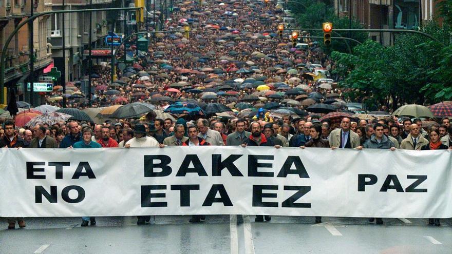 """anifestación convocada por el Lehendakari Juan José Ibarretxe bajo el lema """"ETA no. Paz"""", Bilbao, octubre 2000. Foto: Santos Cirilo"""