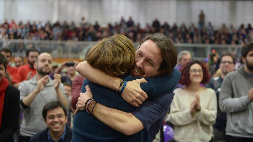 Pablo Iglesias y Ada Colau se abrazan en un mitin de En Comú Podem.