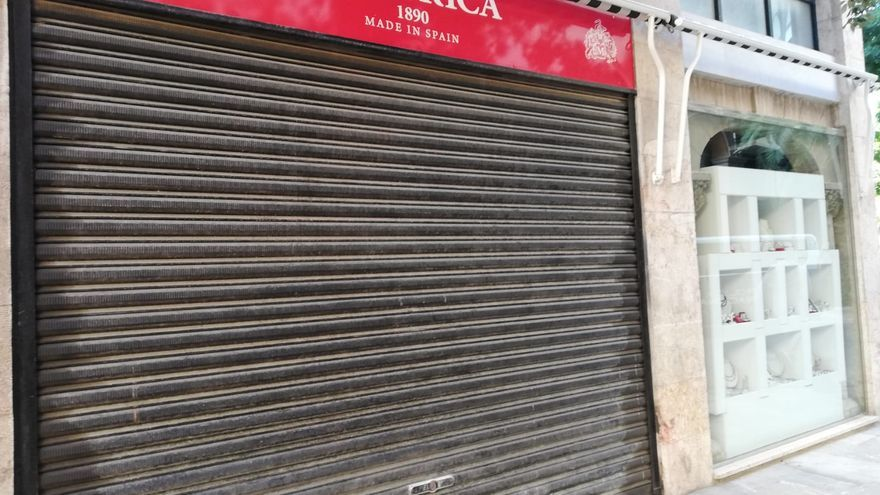 La tienda de Majorica en la calle Palau Reial de Palma, cerca de la catedral, con la persiana bajada.