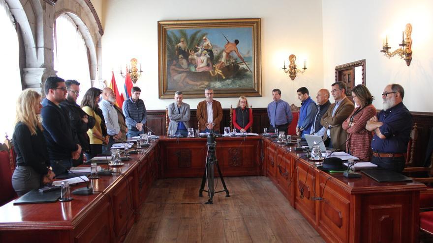 En la imagen, los miembros  del pleno durante minuto de silencio en memoria de Felipe Fifo López Mederos, quien fuera concejal de esta Corporación entre los años 1991 y 1997, recientemente fallecido.