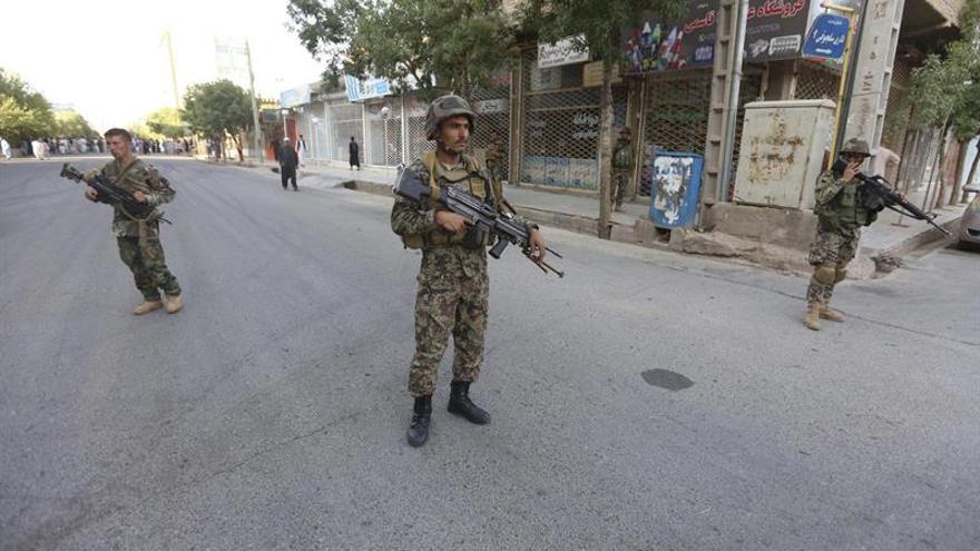 Doce miembros de seguridad mueren en un ataque suicida talibán en sur Afganistán
