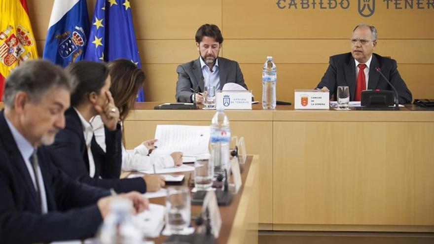 Los presidentes de los Cabildos de Tenerife y de La Gomera, Carlos Alonso (2d) y Casimiro Crubelo (d), respectivamente, durante la asamblea general de la Federación Canaria de Islas (Fecai).