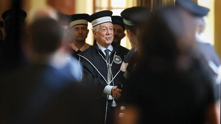 """Vargas Llosa recibe el """"doctor honoris causa"""" de una universidad en Rumanía"""