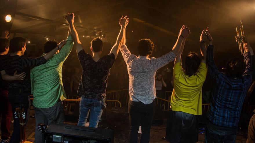 Los integrantes de Tipitako, tras una actuación / Foto: SergioBárcenaPhoto.