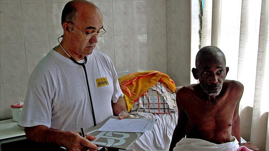 Despega el avión que repatriará de Sierra Leona al misionero español con ébola