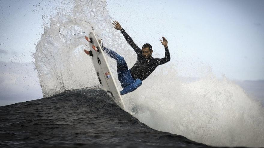 El surfista canario Jonathan González, en El Confital (Gran Canaria).