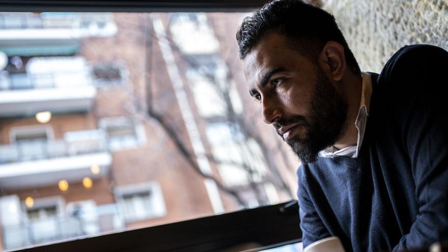 El periodista sirio Mohammed Subat en una cafetería de Madrid