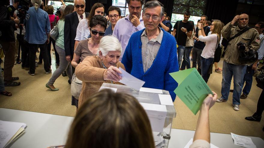 Natividad de 97 anys ha votat acompanyada de son fill / ENRIC CATALÀ
