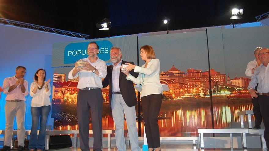 """Rajoy elogia la """"valentía"""" de Cospedal en C-LM y la define como """"la mejor candidata con una diferencia abismal"""""""