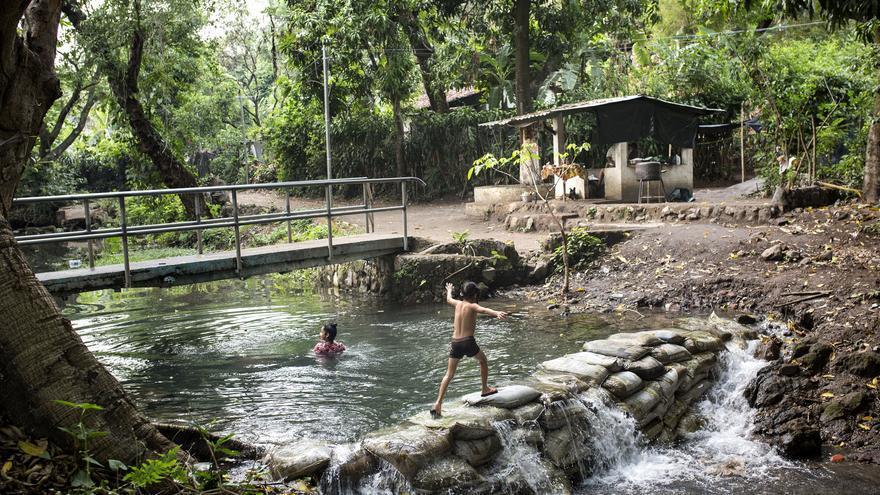 En Nejapa, la comunidad construyó una presa casera para conservar el agua del manantial antes de que se diluyera en el río Acelhuate. Ahora, los habitantes de Nejapa aprovechan esta poza para bañarse. El río Acelhuate, que rodea la capital de San Salvador, es el más contaminado del país aunque sólo 5 empresas son las responsables de contaminar el 70% de su caudal.