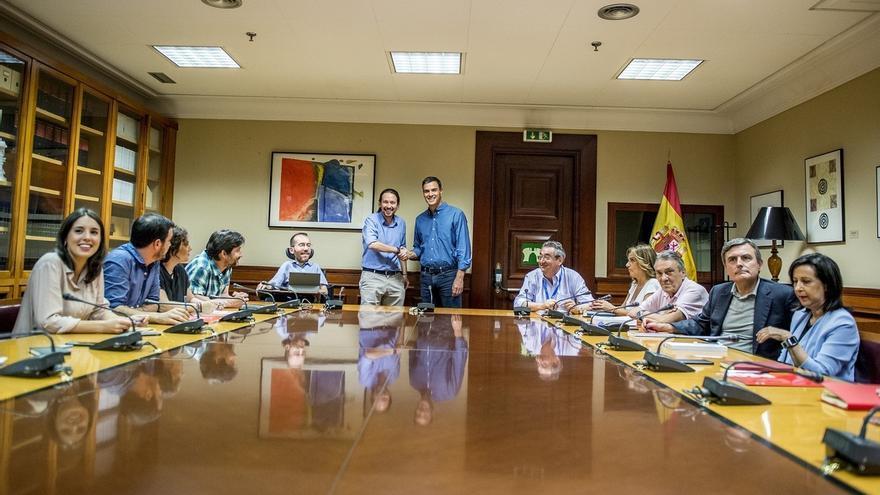 PSOE y Podemos acuerdan crear una mesa de colaboración parlamentaria y discrepan en soluciones para Cataluña
