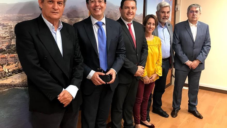Alcaldes de los municipios de la AMTC, con el regidor local de Pájara (izquierda), a punto de entrar