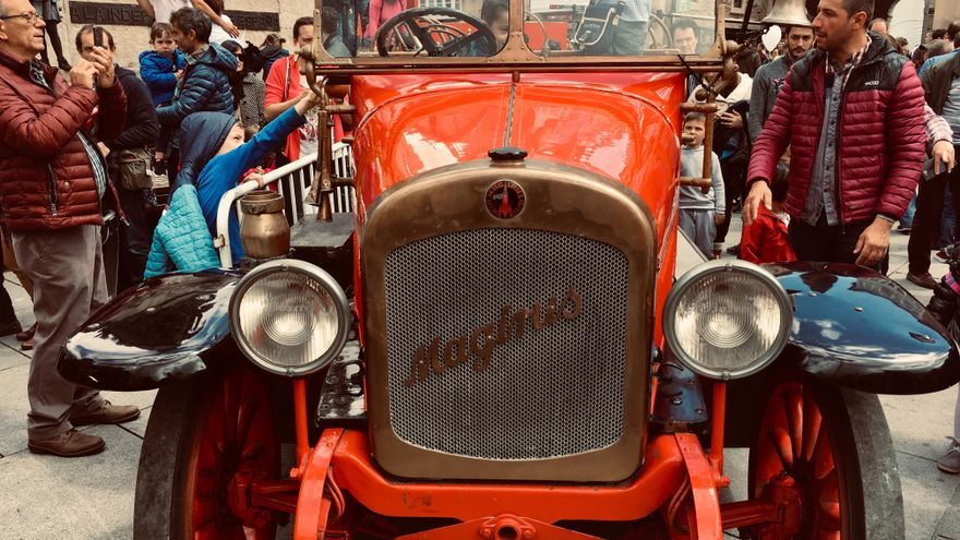 Un niño, montado en el camión Magirus de 1927 de los Bomberos de Vitoria