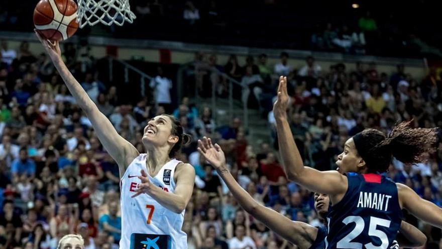 Alba Torrens (L) y la jugadora francesa Marielle Amant en el partido disputado este domingo