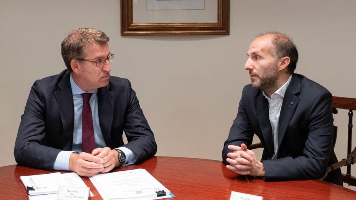 El presidente de la Xunta, Alberto Núñez Feijóo (izquierda) y el alcalde de Ourense, Gonzalo Pérez Jácome