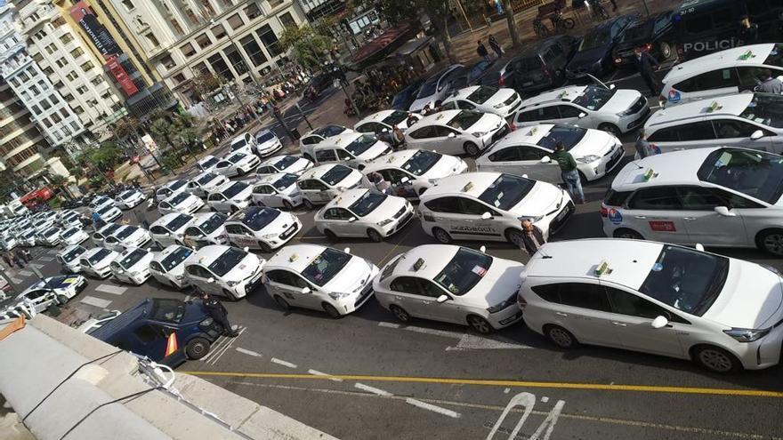 Una protesta de taxistas en la plaza del Ayuntamiento de València