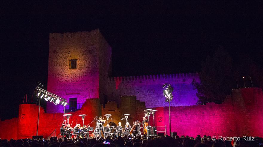 El castillo de Pedraza, iluminado y decorado para la ocasión, hace de telón de fondo del concierto.