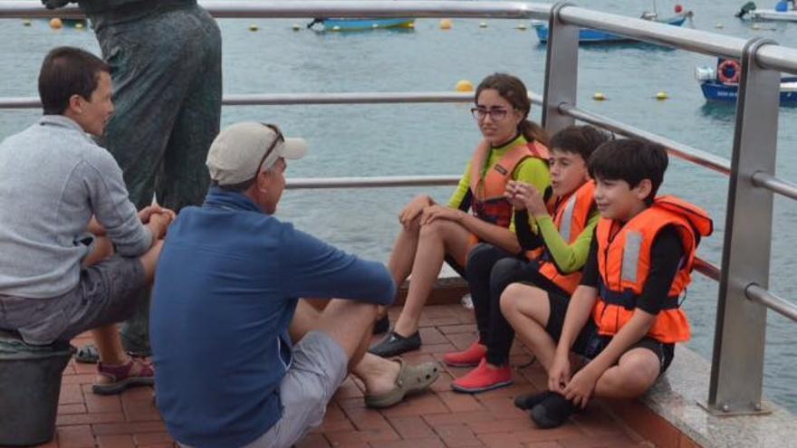 María y Joaquín conversan con Mario (d), Ezequiel y Daniela.