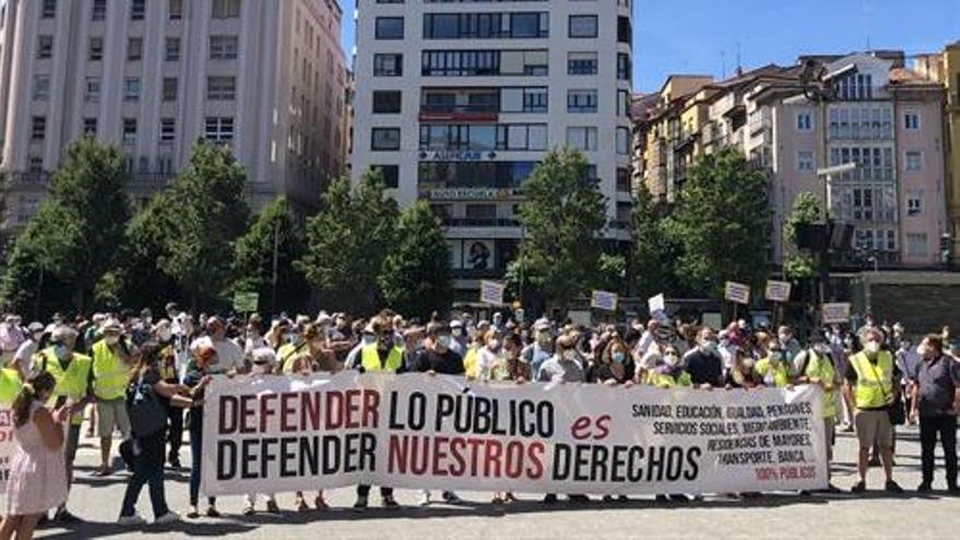Decenas de personas se movilizan en Santander y Torrelavega en defensa de los servicios públicos