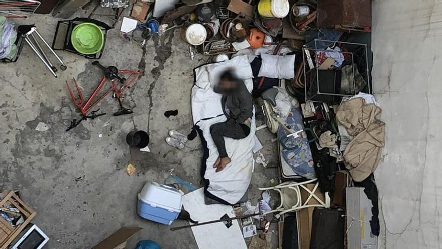 Imagen cenital del patio del antiguo narcopiso, en el que sus ocupantes acumulaban basuras   SOMOS MALASAÑA