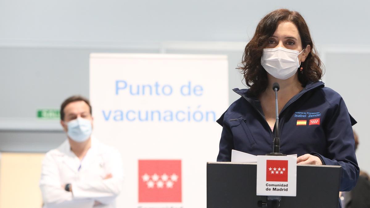 La presidenta de la Comunidad de Madrid, Isabel Díaz Ayuso, en una de sus visitas al Zendal.