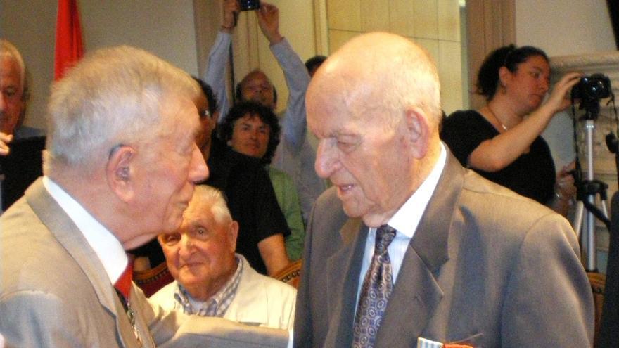 Virgilio Peña (derecha) tras recibir la Legión de Honor el pasado 25 de junio /FOTO:Familia Peña