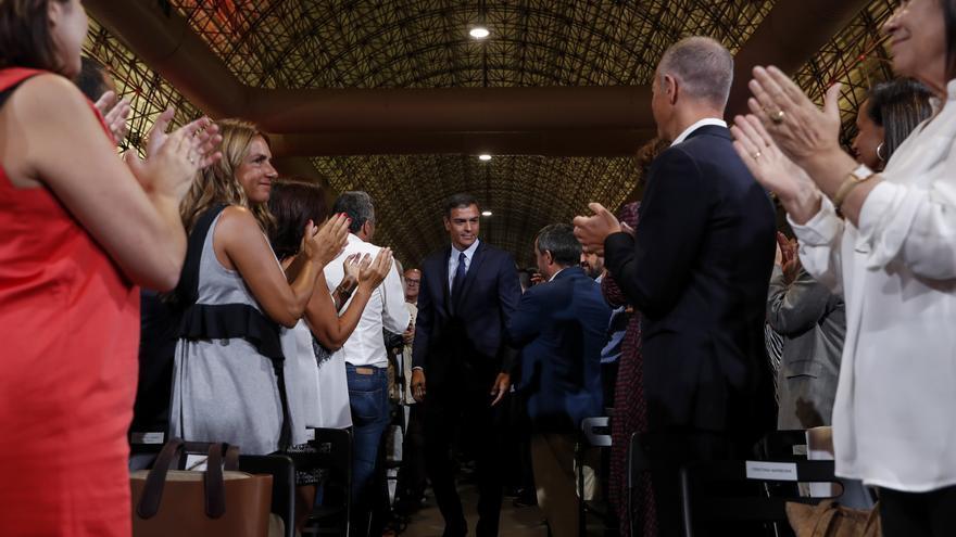 Pedro Sánchez recibe los aplausos de los asistentes al acto en que presentó la oferta a Podemos con 370 medidas.