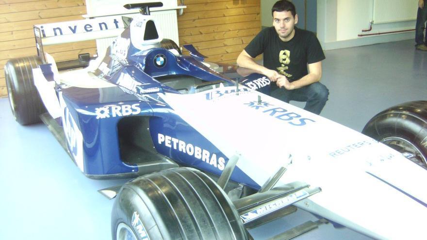 José Manuel Baena posa junto a un coche de Fórmula 1
