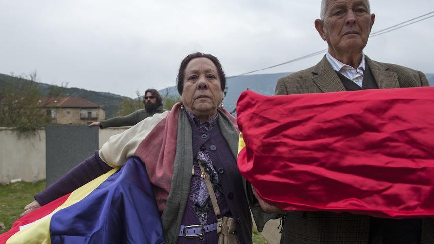 Dos familares de los identificados, naturales de Jaén, con los restos de sus familiares | Álvaro Minguito \ DISO Press