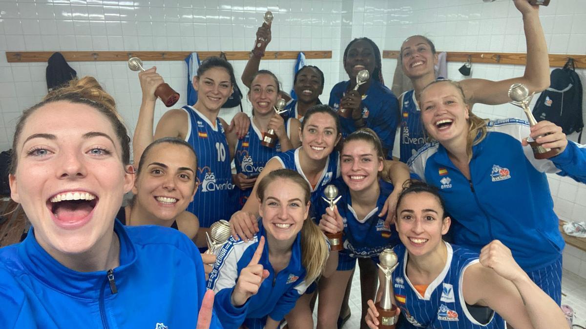 Las jugadoras del Perfumerías Avenida celebrado el nuevo título de liga.