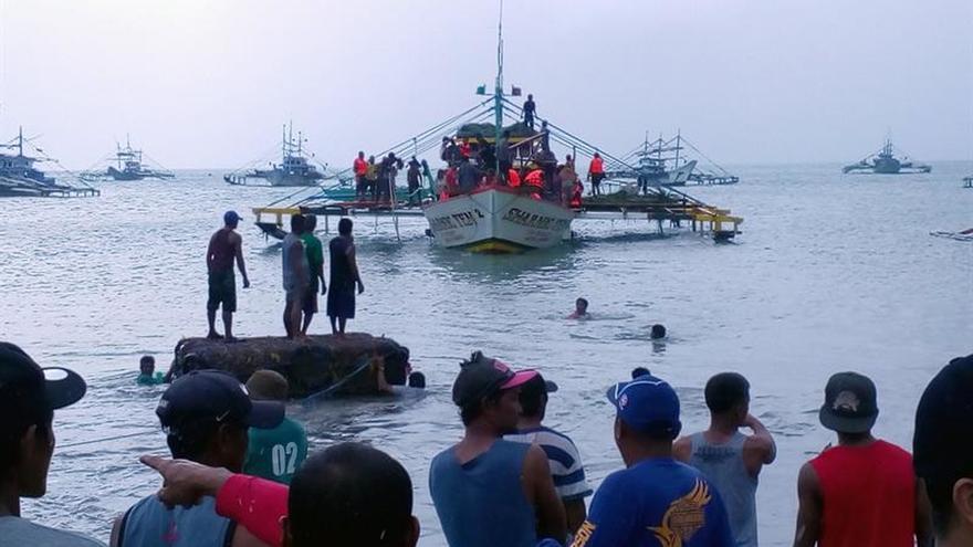 Filipinas busca 7 desaparecidos del naufragio de un barco que causó 4 muertos