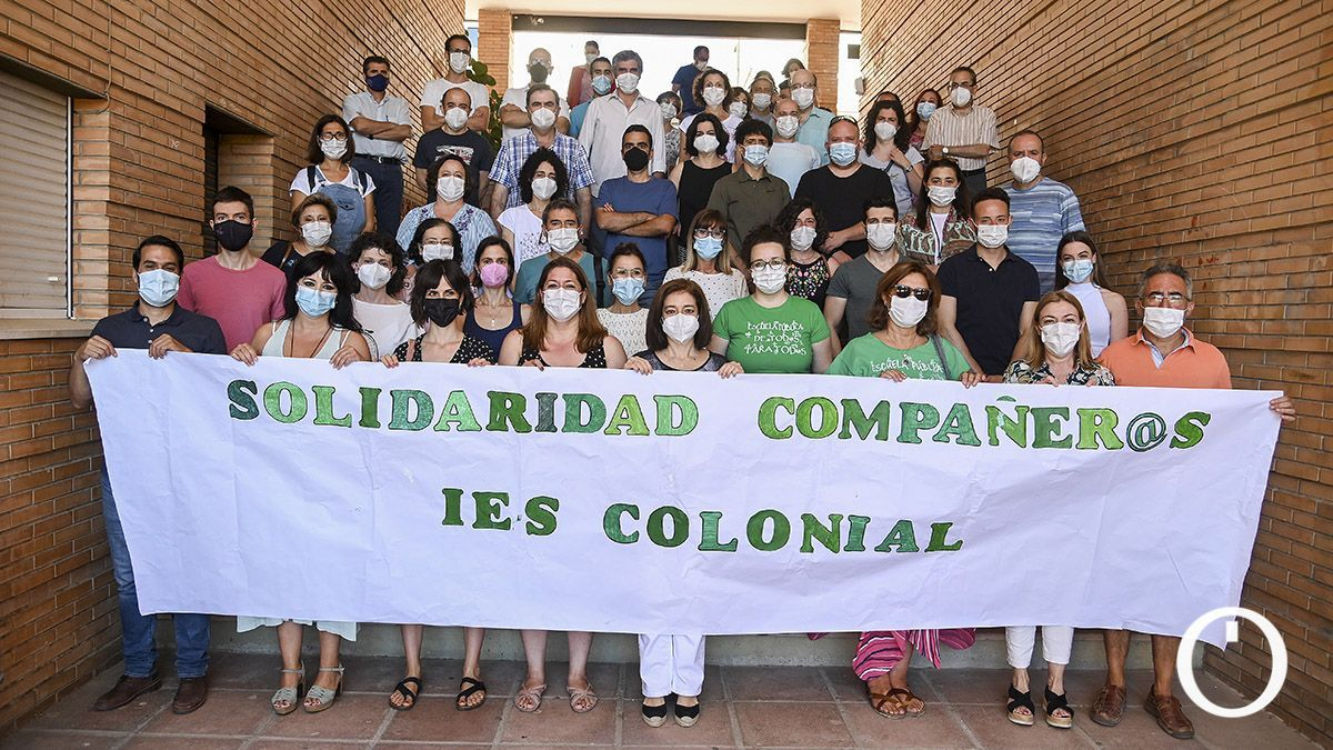 Concentración en el IES Ángel Saavedra en apoyo a los docentes condenados del IES Colonial de Fuente Palmera.