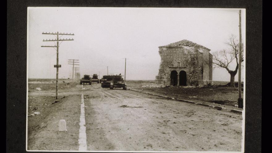 Tanques rusos al lado de la ermita de Trijueque / Archivo Histórico de Guadalajara