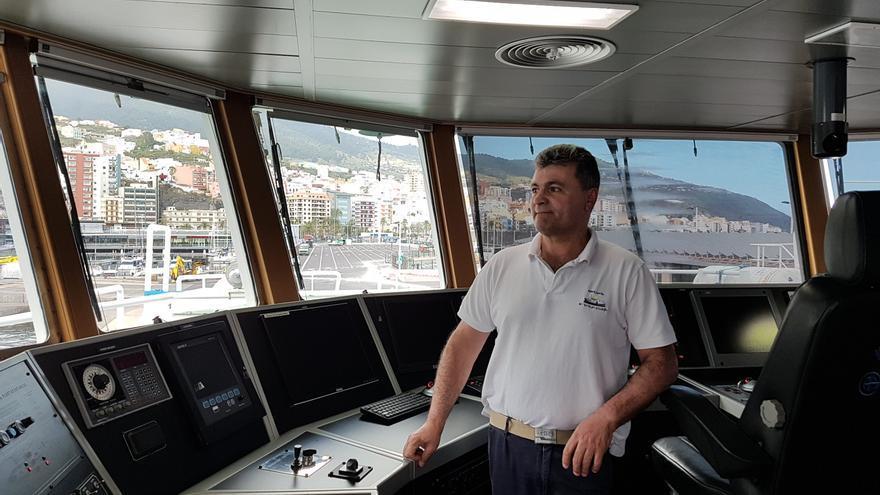 Cesáreo Soage, segundo oficial del buque Ángeles Alvariño del Instituto Español de Oceanografía (IEO), este lunes, en el Puerto de Santa Cruz de La Palma.